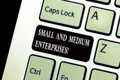 Word het schrijven tekst Kleine en Middelgrote Ondernemingen Bedrijfsconcept voor het MKB-de groei van start nieuwe bedrijfsanaly stock foto's
