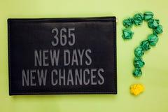 Word het schrijven tekst 365 Nieuwe Dagen Nieuwe Kansen Bedrijfsconcept voor de Aanvang van een andere de Kansen Groene achter zw royalty-vrije stock foto's