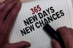 Word het schrijven tekst 365 Nieuwe Dagen Nieuwe Kansen Bedrijfsconcept voor de Aanvang van een andere van de de Kansen Man hand  stock foto's