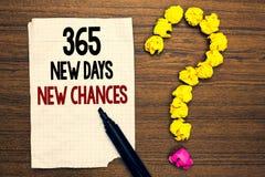 Word het schrijven tekst 365 Nieuwe Dagen Nieuwe Kansen Bedrijfsconcept voor de Beginnende Kansen van een andere die jaarkalender royalty-vrije stock afbeeldingen