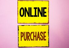 Word het schrijven tekst Online Aankoop Het bedrijfsconcept voor Buy dingen op het net gaat winkelend die zonder huis op Geel S w royalty-vrije stock afbeeldingen