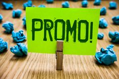 Word het schrijven tekst Promo Motievenvraag Bedrijfsconcept voor Stuk van de reclame van de Verkoopdocument van de Kortingsspeci stock foto's