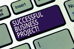 Word het schrijven tekst Succesvol Zakelijk project Bedrijfsconcept voor het Bereiken van projectdoelen binnen programma royalty-vrije stock fotografie