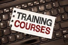 Word het schrijven tekst Trainingscursussen Het bedrijfsconcept voor is reeks lessen of spreekt het onderwijsvaardigheden u wenst stock afbeeldingen