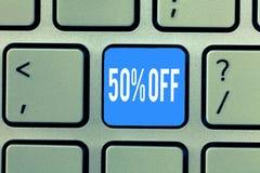 Word het schrijven tekst 50 weg Bedrijfsconcept voor Korting van vijftig percenten over regelmatige de Verkoopontruiming van de p stock fotografie