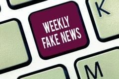 Word het schrijven tekst Wekelijks Vals Nieuws Bedrijfsconcept voor Onnauwkeurig, sensationalistic rapport dat om wordt gecreeerd stock foto's