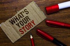 Word het schrijven tekst Welk s Uw Verhaal is Het bedrijfsconcept voor het vragen van iemand vertelt me over zich de Penpotlood G stock afbeeldingen