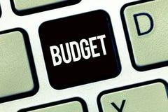 Word het schrijven tekstbegroting Bedrijfsconcept voor bepaalde raming van inkomen en uitgaven voor vastgestelde periode stock afbeelding