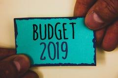 Word het schrijven tekstbegroting 2019 Het bedrijfsconcept voor Nieuwe jaarraming van inkomens en de uitgaven Financiële PlanMan  stock afbeelding