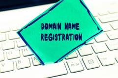 Word het schrijven tekstdomeinnaamregistratie Het bedrijfsconcept voor bezit een IP Adres identificeert een bepaalde Webpagina stock fotografie