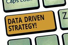 Word het schrijven tekstgegevens Gedreven Strategie Bedrijfsconcept voor besluiten die op gegevensanalyse en interpretatie worden stock illustratie