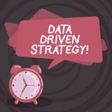 Word het schrijven tekstgegevens Gedreven Strategie Bedrijfsdieconcept voor besluiten op van de gegevensanalyse en interpretatie  vector illustratie