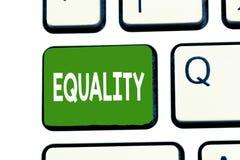 Word het schrijven tekstgelijkheid Bedrijfsconcept voor staat van gelijk het zijn vooral in statusrechten of kansen royalty-vrije stock foto