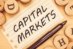 Word het schrijven tekstkapitaalmarkten Bedrijfsconcept voor Allow ondernemingen om fondsen op te heffen door marktveiligheid te  royalty-vrije stock foto's