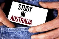 Word het schrijven tekststudie in Australië Bedrijfsconcept voor Gediplomeerde van overzee universiteiten grote die kans op Mobie stock foto