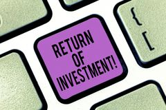 Word het schrijven tekstterugkeer van Investering Bedrijfsdieconcept voor maatregelen de aanwinst of het verlies op een investeri stock afbeelding
