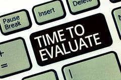 Word het schrijven teksttijd te evalueren Het bedrijfsconcept voor gebruikt ogenbliktarief alvorens de producten of de dienst gev royalty-vrije stock foto's