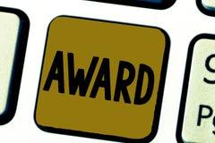 Word het schrijven teksttoekenning Bedrijfsconcept voor Prijs en ander die teken van erkenning ter ere van een voltooiing wordt g royalty-vrije stock afbeeldingen