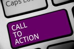 Word het schrijven tekstvraag aan Actie Bedrijfsconcept voor Encourage Besluitbeweging om de Succesvolle purpere sleutel van het  stock foto's