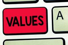 Word het schrijven tekstwaarden Het bedrijfsconcept voor achting dat iets wordt gehouden verdient belangwaarde van iets stock foto