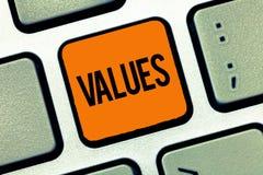 Word het schrijven tekstwaarden Het bedrijfsconcept voor achting dat iets wordt gehouden verdient belangwaarde van iets royalty-vrije stock fotografie