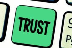 Word het schrijven van het bedrijfs tekstvertrouwen concept voor overtuiging in betrouwbaarheidswaarheid of capaciteit iemand iet stock fotografie