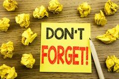 Word, het schrijven vergeet niet Bedrijfsdieconcept voor Herinneringsbericht op kleverig notadocument wordt geschreven op de hout stock fotografie