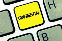 Word het schrijven Vertrouwelijke tekst Het bedrijfsconcept voor iets bedoelde als geheime Privé informatie worden gehouden royalty-vrije stock afbeeldingen