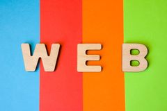 Word het WEB uit 3D brieven wordt samengesteld is op achtergrond van 4 kleuren die: blauw, rood, oranje en groen Plotseling voor  Royalty-vrije Stock Afbeeldingen