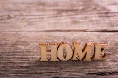 Word huis van houten brieven wordt gemaakt die stock foto's