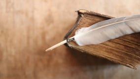 Word Idee, veer en oud boek stock video