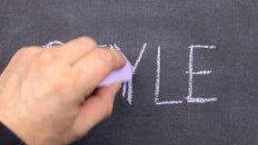 Word langs de geschreven STIJL, dient krijt op een bord in stock video
