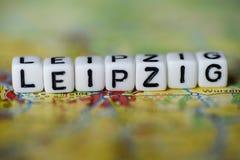 Word LEIPZIG a formé par des blocs d'alphabet sur la carte d'atlas Photographie stock