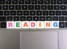 Word Lezing op toetsenbordachtergrond royalty-vrije stock afbeeldingen