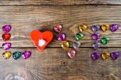 Word liefde maakte jonge harten, twee dozen voor een gift in de vorm van harten en decoratieve harten op houten achtergrond op Stock Foto's