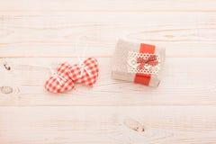 Word liefde met harten en gift op houten achtergrond Royalty-vrije Stock Foto's