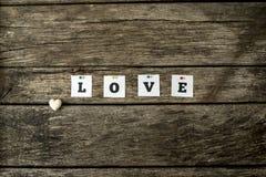 Word liefde met individuele witte die kaarten wordt aan een textur worden gespeld gespeld die Royalty-vrije Stock Foto's