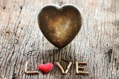 Word liefde met rood en metaalhart gestalte gegeven valentijnskaartendag Royalty-vrije Stock Afbeelding