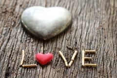 Word liefde met rood en metaalhart gestalte gegeven valentijnskaartendag Royalty-vrije Stock Foto's