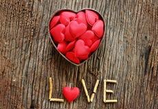 Word liefde met rood en metaalhart gestalte gegeven valentijnskaartendag Stock Foto