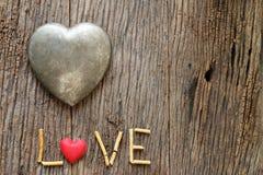 Word liefde met rood en metaalhart gestalte gegeven valentijnskaartendag Royalty-vrije Stock Afbeeldingen