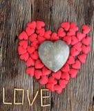 Word liefde met rood en metaalhart gestalte gegeven valentijnskaartendag Royalty-vrije Stock Foto