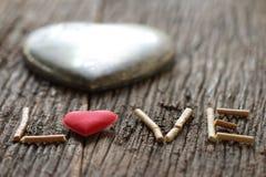 Word liefde met rood en metaalhart gestalte gegeven valentijnskaartendag Royalty-vrije Stock Fotografie