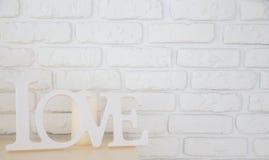 Word Liefde op bakstenen muurachtergrond stock afbeeldingen