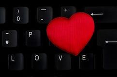 Word Liefde op toetsenbord, rood hart wordt geschreven dat Royalty-vrije Stock Foto
