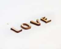 Word liefde van houten brieven wordt gemaakt die stock foto's