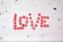 Word liefde van snoepjes op witte achtergrond Hoogste mening Royalty-vrije Stock Fotografie