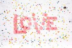 Word liefde van snoepjes op witte achtergrond Hoogste mening Royalty-vrije Stock Afbeeldingen