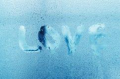 """Word """"Love """" met waterdalingen op glasvenster Royalty-vrije Stock Afbeeldingen"""