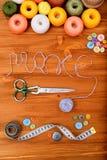 Word maakt met het naaien van hulpmiddelen en toebehoren op houten achtergrond Stock Fotografie